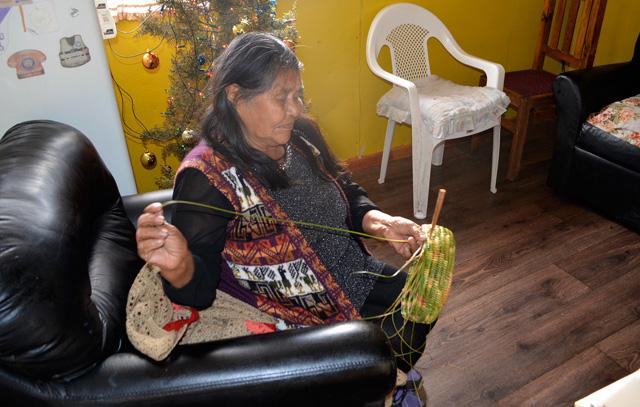 Die älteste noch lebende Kawesqar, Gabriela Paterito, mit einer traditionellen Flechtarbeit aus Junquillo.
