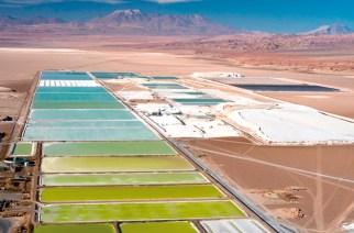 Der Salar de Atacama befindet sich mehr als 300 Kilometer nordöstlich der chilenischen Stadt Antofagasta auf einer Höhe von 2.300 Metern. Hier lagern 25 Prozent der weltweiten Lithium-Reserven. Derzeit bauen die Unternehmen SQM und Albemarle das Alkalimetall dort ab.