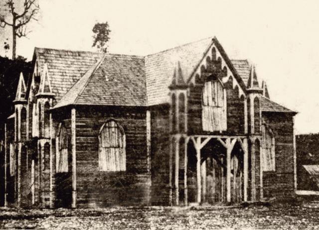 Der erste Kirchenbau von Puerto Montt wurde noch vor seiner Fertigstellung bei einem Brand am 30.Oktober 1871 zerstört.