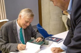 Der Ökonom Klaus Schmidt-Hebbel signiert Bücher bei der Vorstellung seines neuen Werkes in Santiago de Chile.