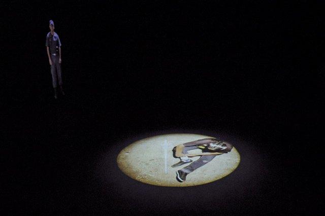Videoprojektionen eines Wächters und eines Häftlings, der nachts an Metallteilen sägt und feilt, um eine Stichwaffe herzustellen. Foto: Jazmin Palacios