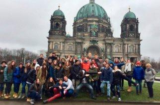 Deutschlands Kultur entdecken: Die Schülergruppe der Deutschen Schule Santiago vor dem Berliner Dom