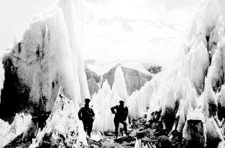 Die alte Aufnahme aus den Beständen des Deutschen Andenvereins (DAV) Santiago zeigt Bergsteiger im Büßerschnee (penitentes) samt Gletscherwände.