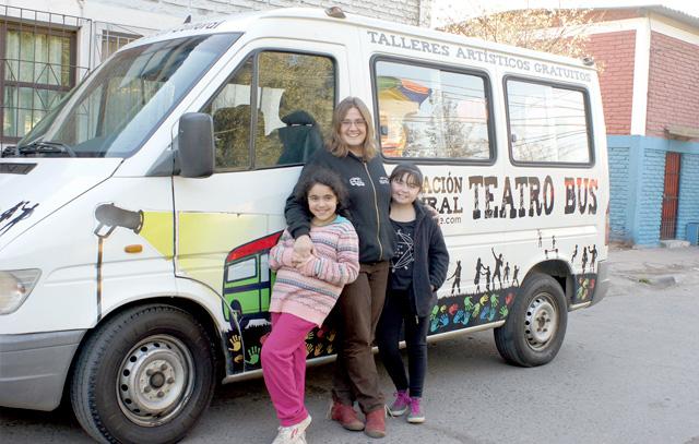 Diane Catani und Montserrat Roman (links) und Michelle Meneses: Die neunjährigen Mädchen besuchen seit zwei Jahren die von der Luxemburgerin gegründete Theaterschule.