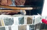Ein Loch in der Gasleitung: Es entstand, als unser Klempner, ein maestro chasquilla, einen Schaden ausbessern wollte.