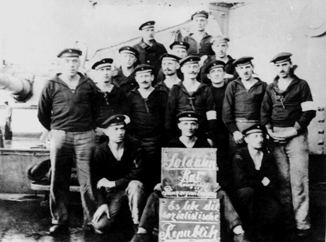 Der Kieler Matrosenaufstand gab den Impuls zur reichsweiten Novemberrevolution: Soldatenrat an Bord des Linienschiffs «Prinzregent Luitpold»