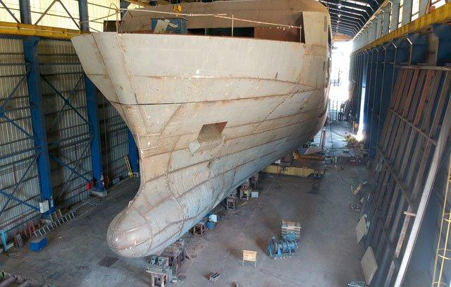 Das Antarktisschiff «Magellan Explorer» in der Montagehalle der Werft Asenav in Valdivia: Der kleine Kreuzer wird weltweit als erstes Neuschiff die Auflagen des Polar Codes erfüllen.