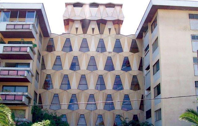 Nicht nur öffentliche Gebäude, auch Wohnblocks und Privathäuser wurden in Chile im Bauhaus-Stil errichtet. Der Wohnblock in der Calle Pio X / Holanda in Providencia ist ein besonders emblematisches Beispiel.