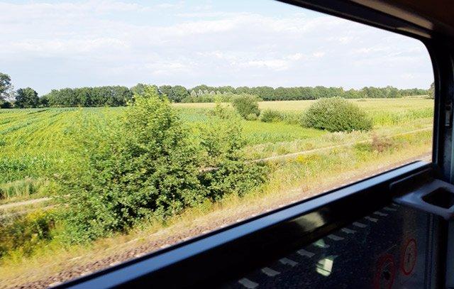 Fahren mit der Deutschen Bahn - Blick aus dem Zugabteil. Hier im Foto nicht zu sehen: der angenehme Fahrtwind. Foto: Arne Dettmann