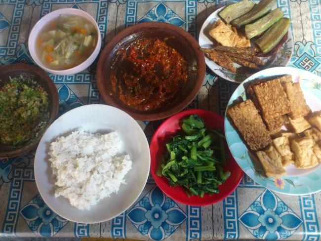 Salah satu menu makanan di Ambulu yang membuat Mas Ewald nambah nasi : Tahu tempa goreng, sambel trasi, sambel belimbing wuluh, ikan asin, terong goreng, sawi kukus. Menu ini benar-benar menggugah selera.