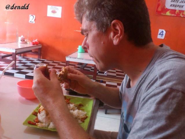 Serius makan karena kepedasan. Karena makan pakai tangan, setelah makan tangannya kepanasan :)