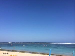 Pantai Pandawa, Bali. Disini pengunjung diperbolehkan berenang karena ombak tidak tinggi. Banyak sekali wisatawan domestik