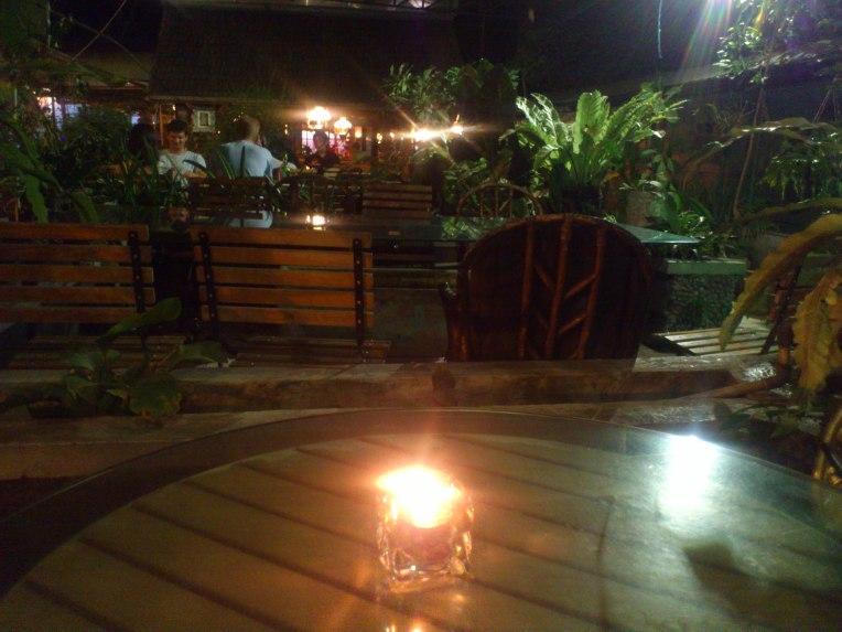 Restoran di atap semi outdoor nuansa taman