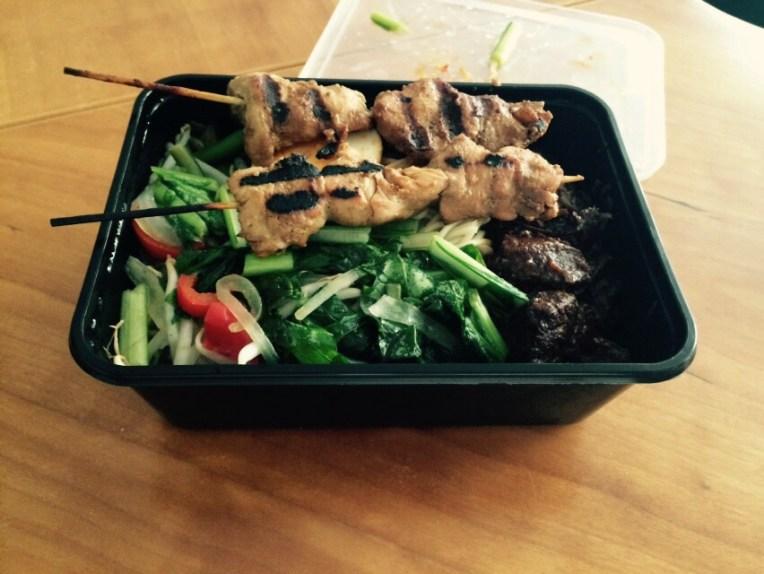 Nasi Rames Salero Minang. Harganya 12.5 Euro lengkap dengan Sate Ayam, Rendang, Nasi, Dan sayur Mayur