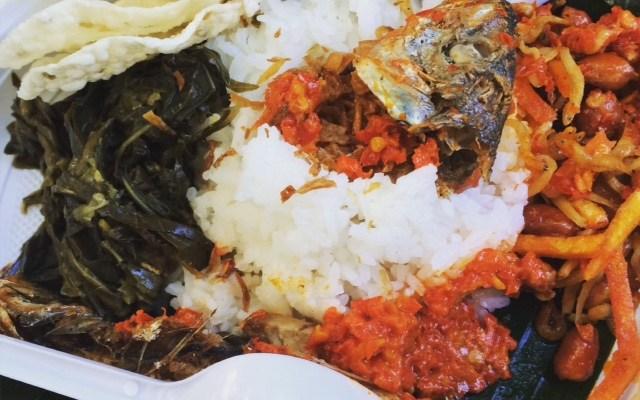 Nasi Rames Medan. Aslinya ada telur satu. tetapi karena suami tidak suka ikan rica, jadi akhirnya ikannya dibagi ke saya, tukar dengan telur. Rasanya enak.