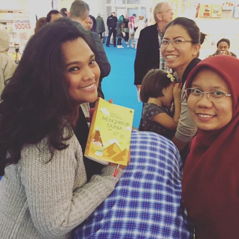 Bersama Fe dan Mindy dalam sesi tandatangan buku Menghirup Dunia. Terima kasih buat suami Fe yang meminjamkan punggungnya :)