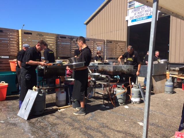 Kesibukan menggoreng ikan