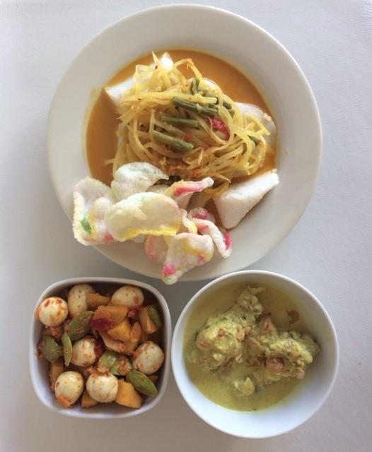 Hidangan lebaran : lontong sayur, opor ayam, dan sambel goreng telur puyuh kentang pete.