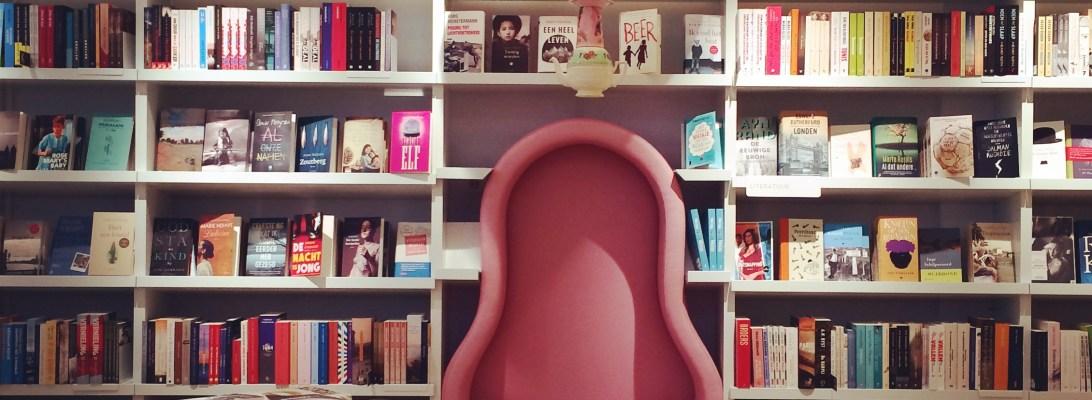 Paagman Den Haag. Bagaimana tidak betah di toko buku, kursinya saja kece seperti itu