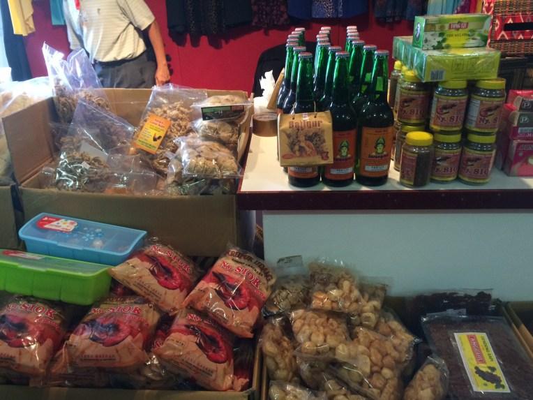 Seperti di Pasar Genteng Surabaya, segala macam petis, terasi, kerupuk, ikan teri dan sebagainya ada dan lengkap