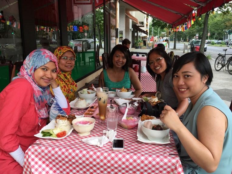 Kai di Nusantara kalap! pesan mendoan sampai dua porsi. Mia takzim makan bebeknya :D. Foto dari HpMbak Dian