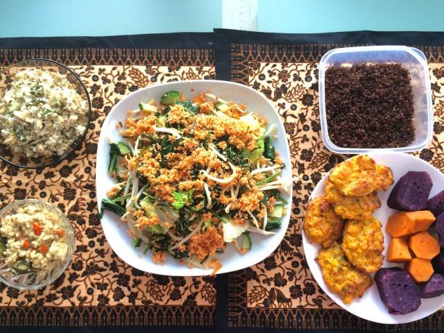 Makan siang kami : Botok (isi teri, tempe, daun kemangi, belimbing wuluh. Males bungkus pakai daun, akhirnya dikukus saja), sambel tumpang, urap sayur, Quinoa, dadar jagung panggang, ubi manis ungu dan oranye