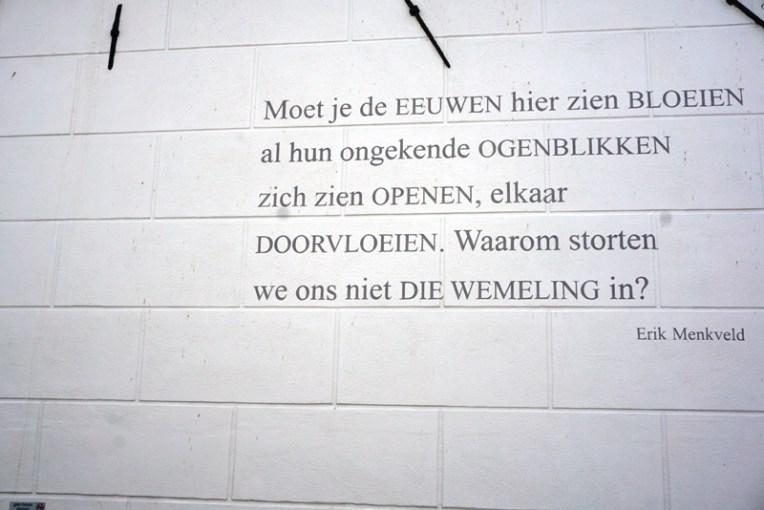 Dinding yang bertuliskan puisi. Mengingatkan akan Leiden yang mempunyai banyak dinding yang ditulis puisi dari penyair-penyair dunia, termasuk Chairil Anwar