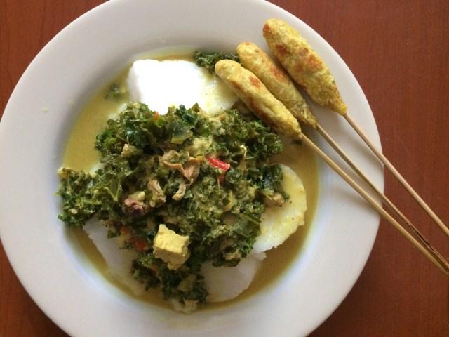 Sesekali makan yang bersantan juga tidak apa-apa. Gule daun kale cumi tahu dimakan pakai lontong dan sate lilit