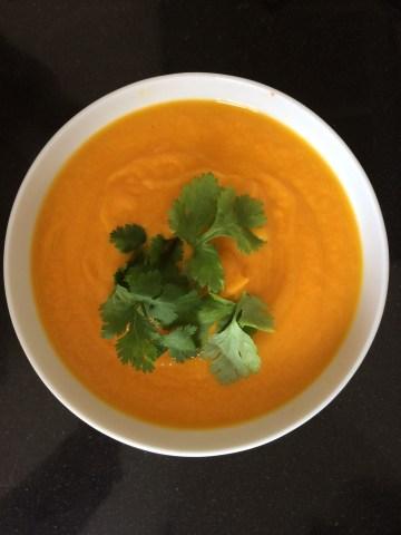 Sup labu tanpa garam karena rasanya sudah terwakili dari labu, jahe, merica, bawang putih, jeruk nipis dan bawang bombay. Seger.