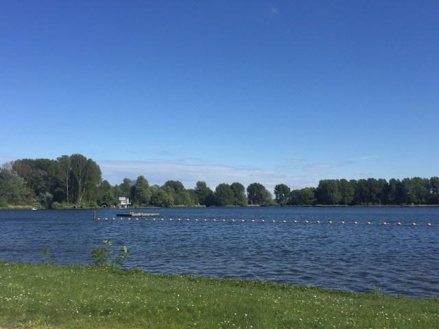 Atau jalan kaki ke danau dekat rumah lalu mengitarinya