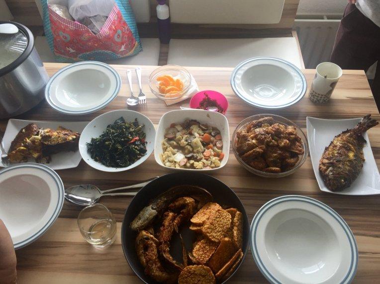 Kunjung ke rumah teman disuguhi ikan panggang, oseng daun pepaya, capcay, ayam bumbu saus, tempe goreng, lele goreng dan tak lupa sambal