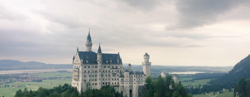 Kastil dilihat dari atas jembatan