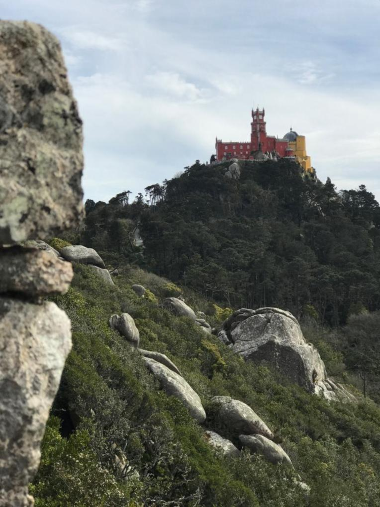 Pena Palace dilihat dari Castle of the Moors di Sintra - Portugal