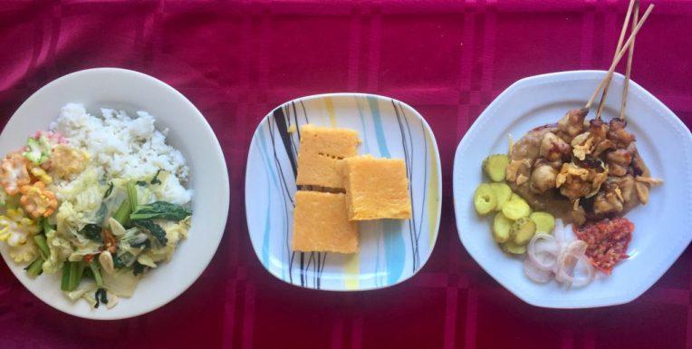 Masakan hari minggu. Sate ayam, oseng sayuran dan camilannya kue llabu keju (membuat kedua kalinya dalam 3 hari)
