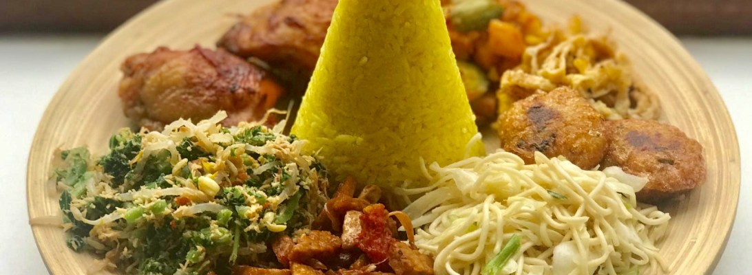 Tumpeng Syukuran nasi kuning dengan lauk pelengkapnya : orek tahu tempe, mie goreng kuning, urapan sayur, ayam panggang bumbu rujak, sambe goreng kentang pete, irisan telur dadar, dan perkedel