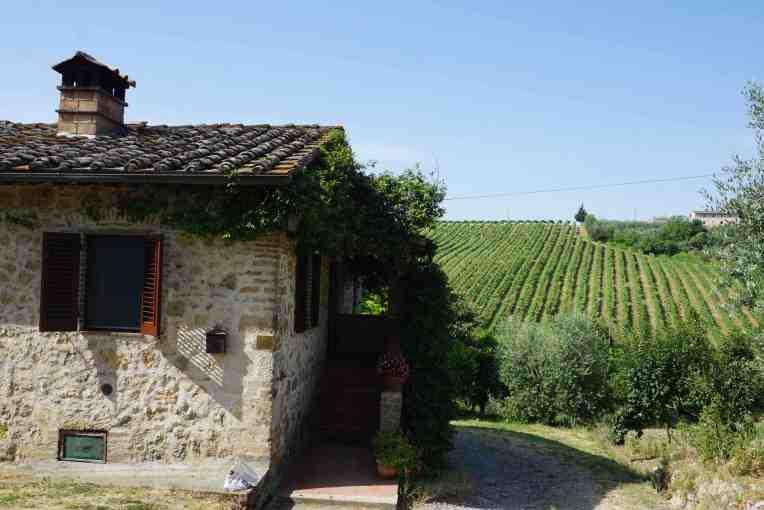 Penginapan di San Gimignano. Di tengah perkebunan anggur dan zaitun
