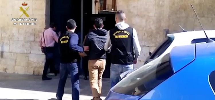 La Guardia Civil de Canals detiene a un informático que usurpó la identidad de más 300 personas para solicitar micro créditos
