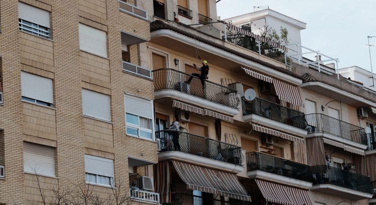 Una dona va amenaçar amb llançar als seus fills des d'un quart pis ahir a Canals.