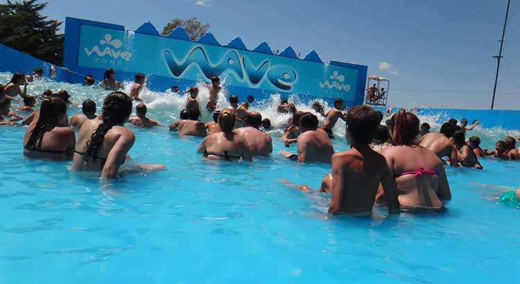Refrescate en Wave Zone parque acuático