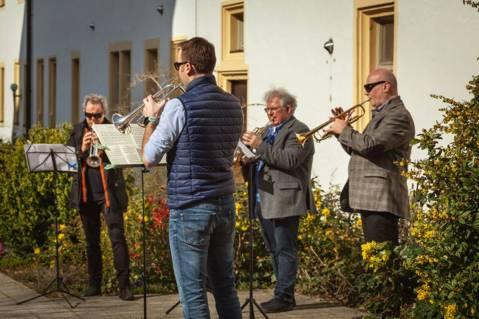 Musicisti dell'Orchestra Filarmonica di Würzburg si esibiscono nelle case di riposo
