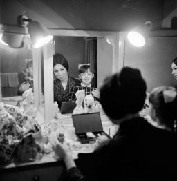 Mirella Freni con la figlia Micaela in un camerino del Teatro alla Scala