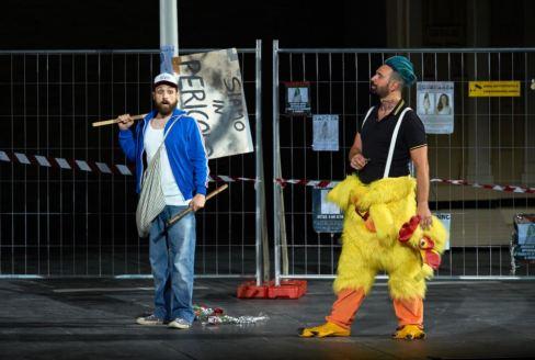 Giovanni Sala, a sinistra, nel Flauto magico allo Sferisterio di Macerata con la regia di Graham Vick