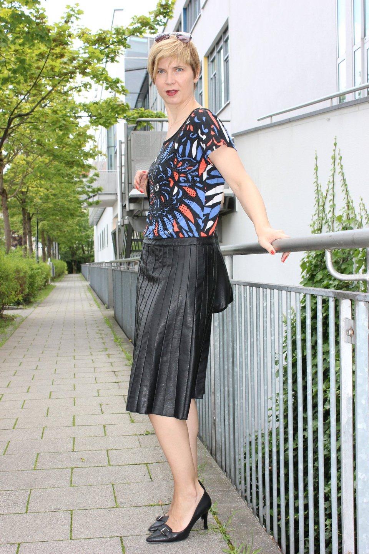IMG_0266a_Sisley_blackfakeleather_printshirt_ralphlauren_pumps