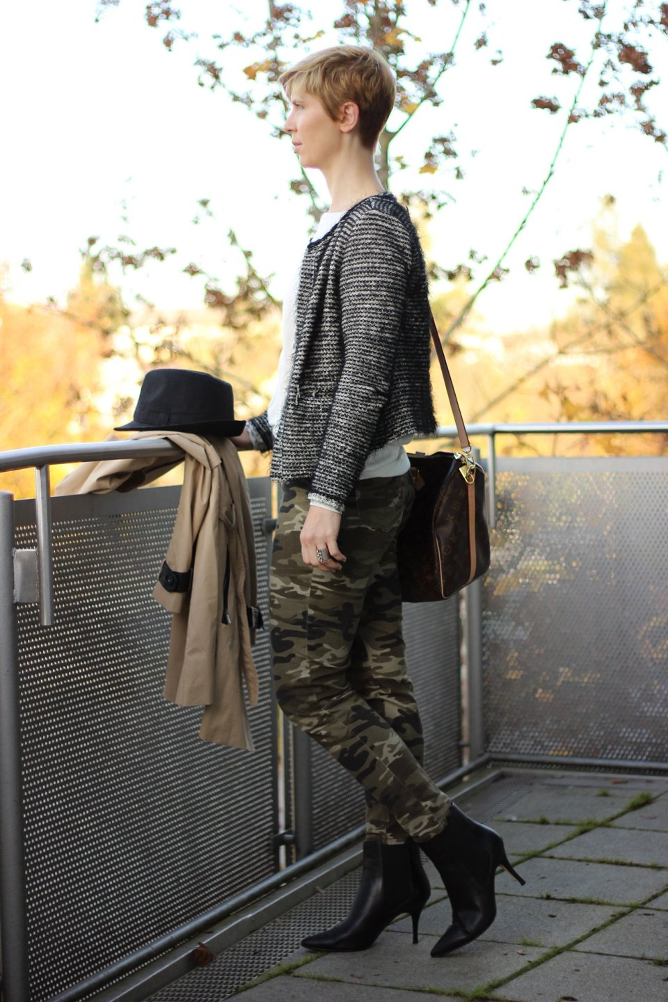 IMG_3646a_Camouflage_Hose_Mango_Trench_Chanel_RichandRoyal_blackandwhite_Booties_Stiefeletten