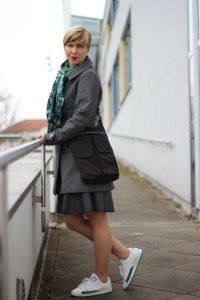 IMG_1208a_Schumacher_Lederrock_Green_Gruen_Grau_Nike_Sneakers_Tights_Strumpfhosen_Casual