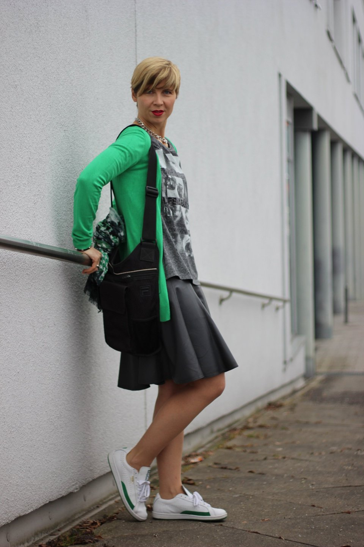IMG_1298a_Schumacher_Lederrock_Green_Gruen_Grau_Nike_Sneakers_Tights_Strumpfhosen_Casual