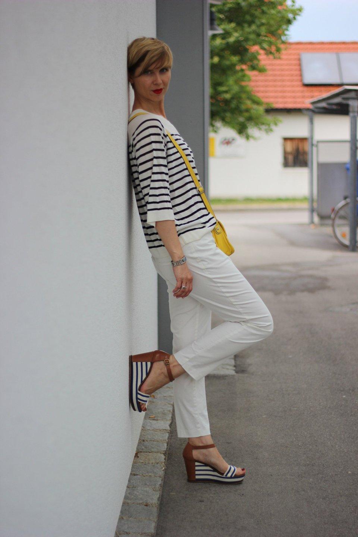 IMG_8323a_OUI_hose_weisse_weiß_white_Streifen_stripes_blue_white_Marcopolo_H&M_Shirt