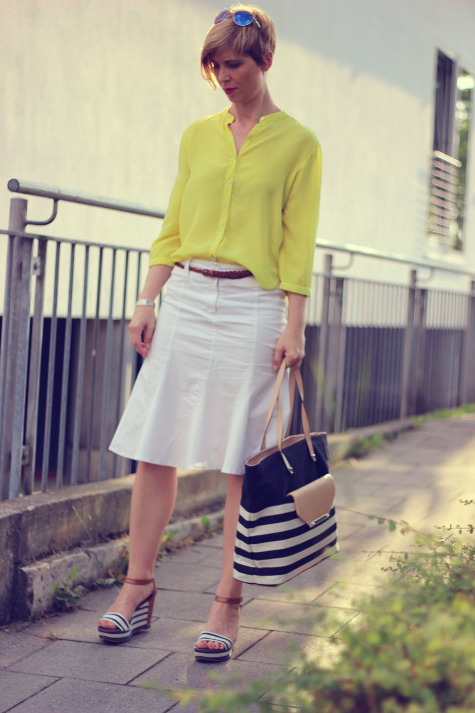 IMG_9760a_hallhuberBluse_SoitRock_gelb_weiß_yellow_with_sommerlook_StellaandDot_MarcoPoloWedges