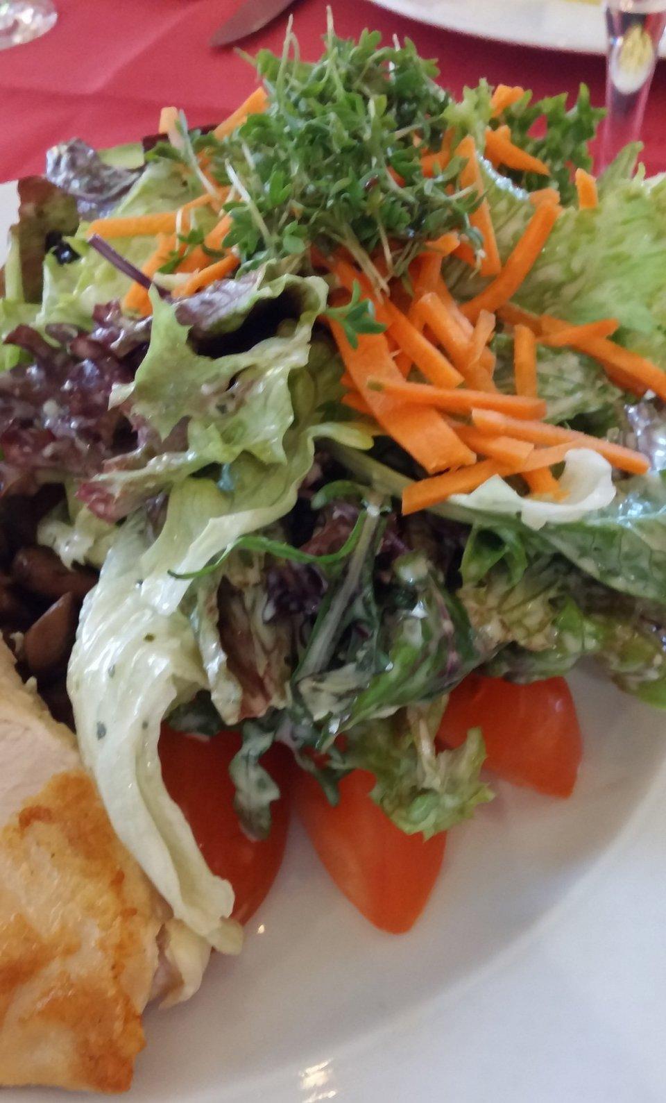 Es schien mir - angesichts der Aussichten auf das Abendessen im Lösch für Freunde, ratsam mittags nur einen Salat zu essen. ;-)