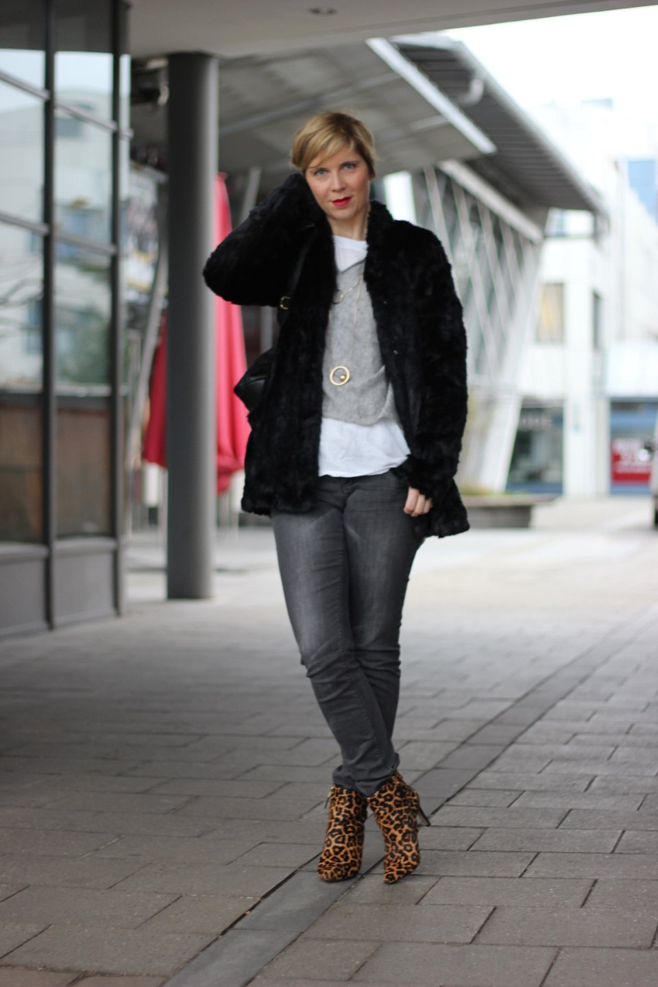 IMG_9083a_casual_grau_Only_FreePeople_Pullover_Layering_Goldschmuck_Leoboots_SamEdelman_FakeFur_